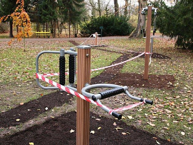 Nové cvičící stroje vnejvětším lounském parku krátce po jejich instalaci vlistopadu 2017
