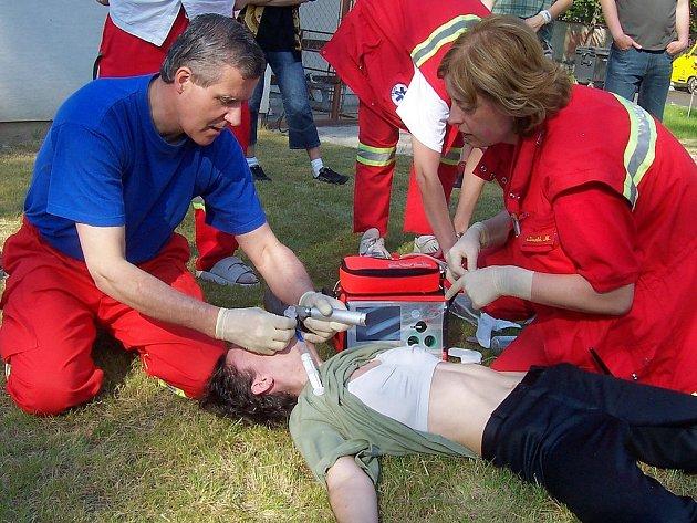 Lékař záchranné služby provádí zajištění dýchacích cest pacientky pomocí intubace.