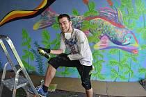 Tomáš Zugar na zdi pod mostem vytvořil malbu s  motivem řeky Ohře.