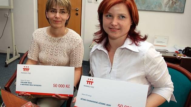 Alena Shejbalová (vlevo) ze školy v Bitozevsi drží spolu s Jitkou Filipovou, hlavní sestrou Dětské psychiatrické léčebny v Lounech, šeky, které převzaly v Počeradech.