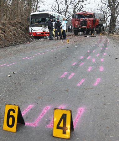 Srážka autobusu a náklaďáku uPostoloprt