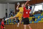 Louská Lokomotiva (ve žlutém) si po výhře na Plzní zajistila postup do třetího kola domácího poháru i s řadou dorostenců v sestavě.