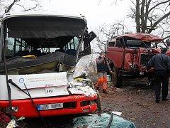 Srážka autobusu a náklaďáku u Postoloprt