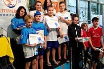Úspěšní žatečtí plavci, kteří získali třináct medailí, v litoměřickém bazénu.