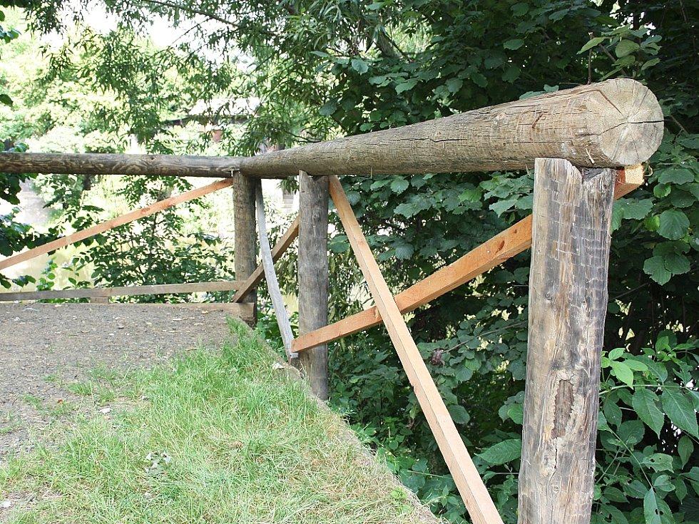 Stezka podél Ohře v Lounech. Na mnoha místech už jsou znát minulé opravy