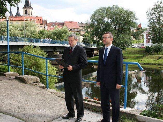 Památku uctili předseda Veslařského klubu Ohře Louny Martin Vorel a starosta města Louny Jan Kerner položením věnců.