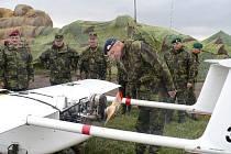 Vojáci obhlížejí letadélko Sojka při cvičení v Doupovských horách.