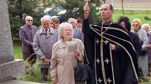Farář Vladislav Čejka z pravoslavné církve v Podbořanech slouží bohoslužbu u památníku hrdinům z Novokrajeva na podbořanském hřbitově.