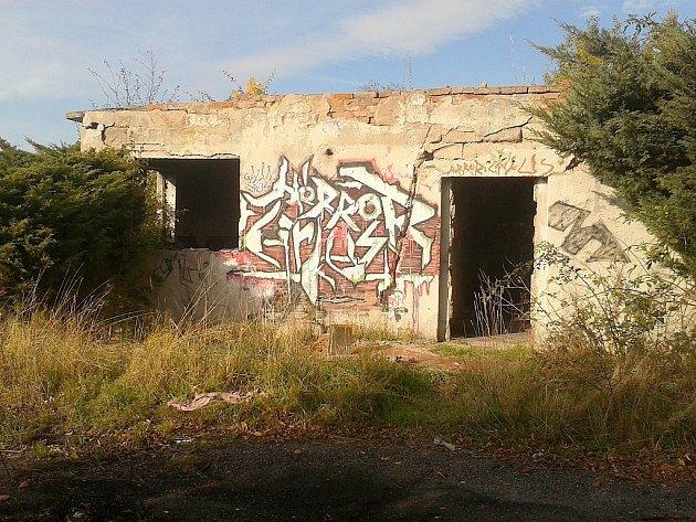 V celém areálu zbyla jediná budova, spíše jen ale její zbytky.