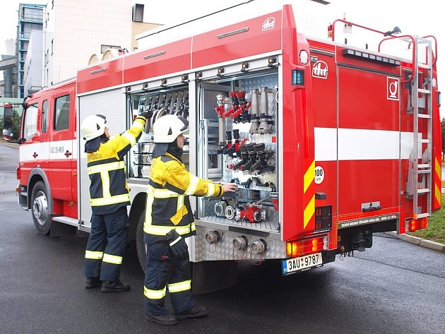 Profesionální hasiči z Elektrárny Počerady mají nejen nové špičkově vybavené zásahové vozidlo Mercedes Benz, ale i nové zásahové obleky s výrazně reflexními bezpečnostními prvky. Inspiraci přitom čerpal jejich velitel u švýcarských kolegů.