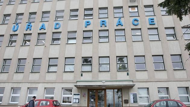 Objekt v Postoloprtské ulici v Lounech, kde řadu let sídlil Úřad práce