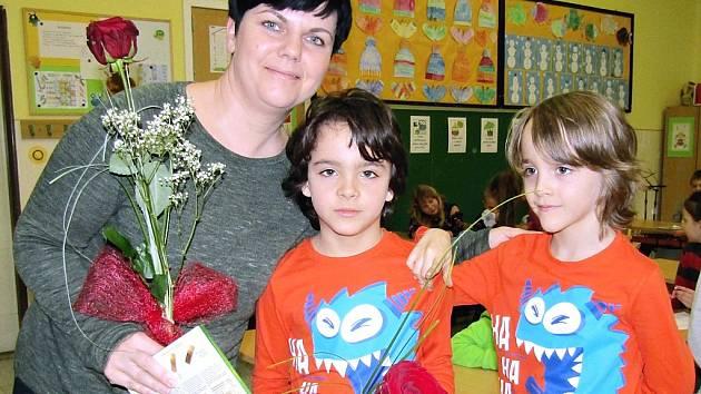 Učitelka Jitka Pletichová s dvojčaty Lukášem a Adamem při předávání pololetního vysvědčení.