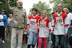 Děti z Postoloprt na startu Běhu pro Paraple se Zdeňkem Svěrákem.