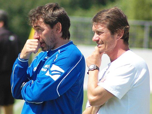 Jiří Němec (vlevo) a Günter Bittengel jako trenéři při utkání Dukla Praha – Blšany