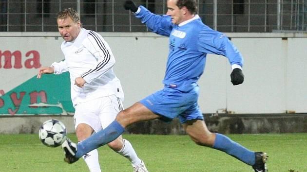 Horst Siegl (v bílém) nastřílel v zápase proti FK SIAD Souš čtyři góly.