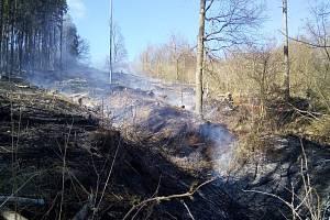 Požár lesního porostu u obce Konětopy.