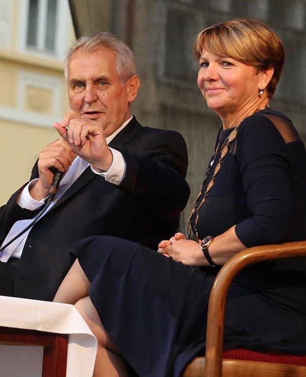 Prezident Miloš Zeman na návštěvě Žatce. Vpravo tamní starostka Zdeňka Hamousová