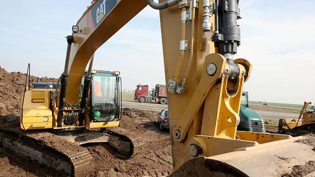 Snímek ze zahájení stavby silnice R7 v úseku u Bitozevsi na Žatecku.