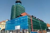 Radnice v Žatci je nyní kvůli rekonstrukci celá schovaná za lešením a sítí