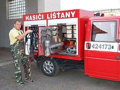 Jaromír Vokrouhlík, velitel SDH Líšťany, u vozidla dobrovolných hasičů