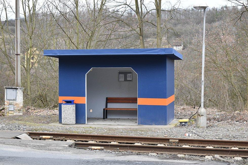 Na konci minulého roku začaly v Žiželicích po letech opět zastavovat vlaky. Obec nechala opravit přístřešek zastávky.