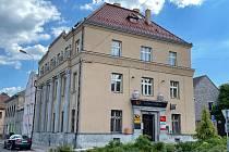 Budova bývalé spořitelny v Postoloprtech. Po rekonstrukci za 21 milionů korun tam jsou prostory pro Českou poštu a čtyři nadstandardní byty.