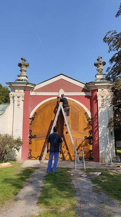 Renovace zámku Stekník.