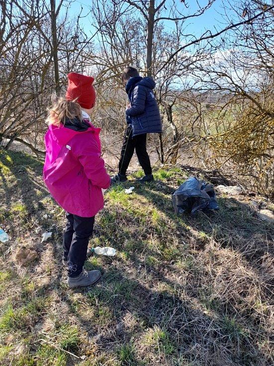 Obec Hříškov na Lounsku se v sobotu 27. března připojila k akcím Ukliďme Česko a Hodina Země.