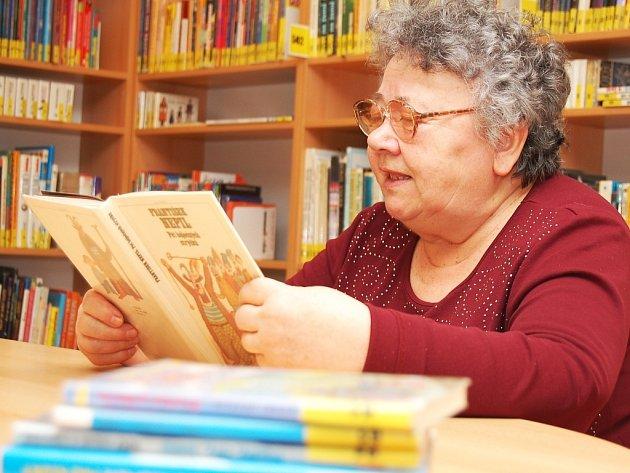 Pohádková babička Zdenka Štěpánková předčítá dětem v žatecké knihovně.
