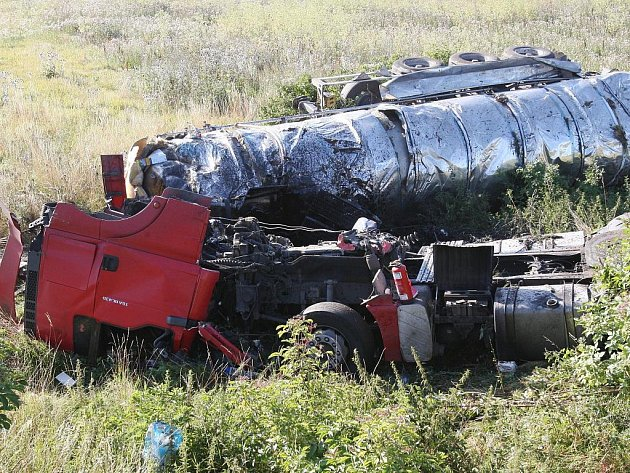U Libčevsi havarovala cisterna, jeden člověk zahynul.