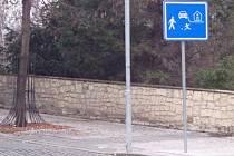 """Dopravní značka """"obytná zóna"""" na začátku Hilbertovy ulice."""