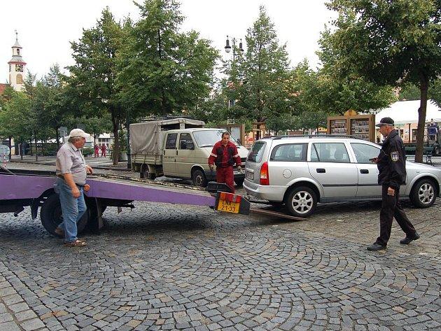 Odtah vozu na lounském náměstí.