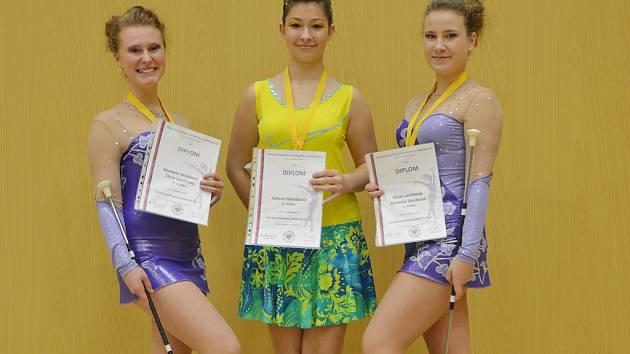 Silvie Lavičková, Johana Holubcová a Markéta Slezáková s diplomy, které získaly na soutěži mažoretek.