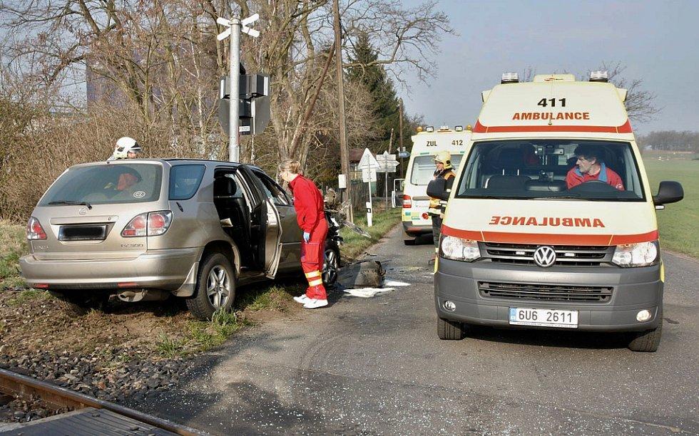 Srážka osobního vozu a rychlíku na přejezdu u Žaboklik