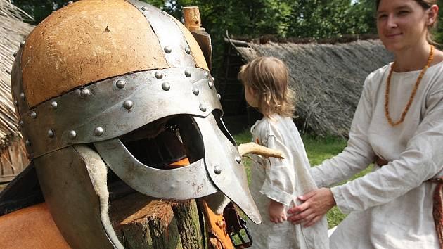 Ukázky ze života starých Germánů a Slovanů v Archeologickém skanzenu Březno u Loun