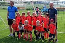 Mladí fotbalisté SKJ Junior Žatec s trenéry Julou Holákem a Jirkou Jarolímem.