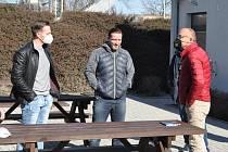 Zástupci zhruba dvaceti fotbalových klubů okresu Louny se sešli s představiteli Fotbalové evoluce. Vladimírem Šmicerem a Rudolfem Řepkou.