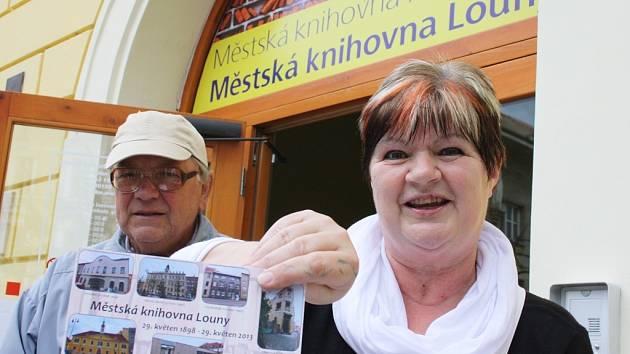 Knihovnice Marcela Langrová ukazuje novou pohlednici, kterou nechala knihovna udělat při příležitosti výročí