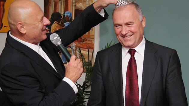Petr Šimáček (vlevo) a Jiří Balík při předávání korunky novému majiteli.