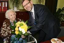 Starosta Loun Jan Kerner popřál paní Martě Proškové, která oslaví 96. narozeniny.