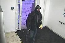 Pachatel pokusu o loupež v lounské pobočce banky ČSOB na záběru bezpečnostní kamery