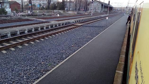 Žatecké hlavní vlakové nádraží má nově zrekonstruovaná nástupiště.