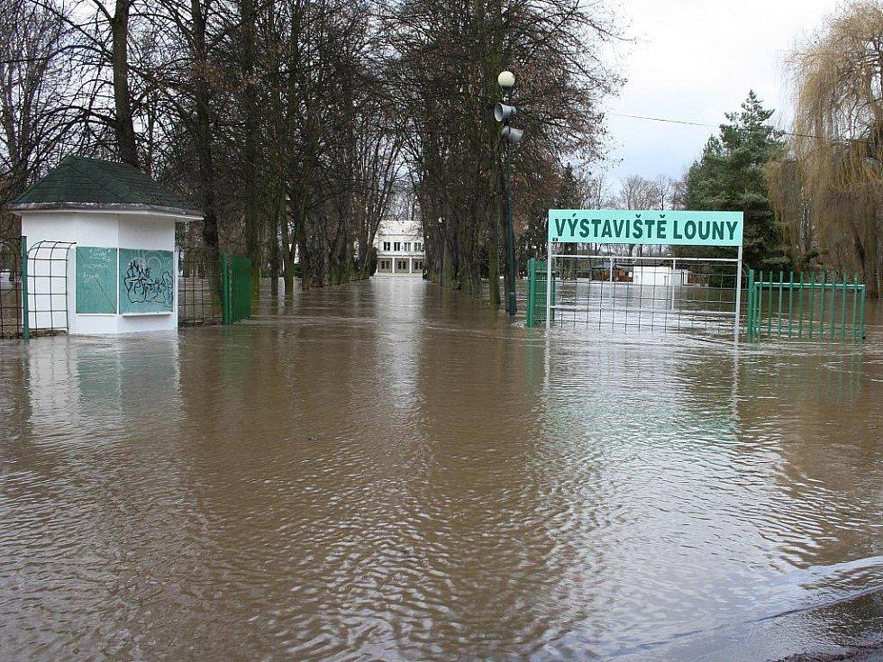 Sobota 15. ledna. Rozvodněná Ohře zalila prakticky celé lounské výstaviště