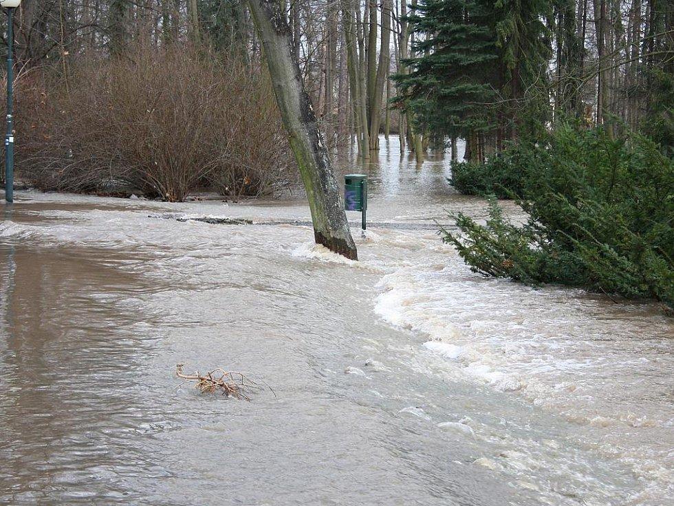 Sobota 15. ledna. Voda se valí přes cesty v Masarykových sadech