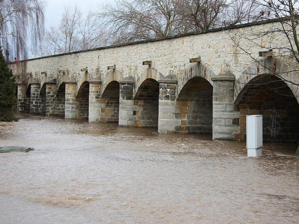 Sobota 15. ledna. Inundační most z Loun do Dobroměřic spolehlivě plní svou funkci. Obvykle pod ním není po vodě ani památky