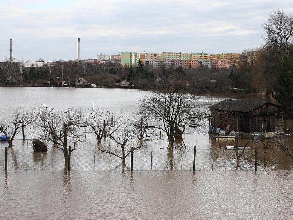 Sobota 15. ledna. Pohled na Louny z inundačního mostu do Dobroměřic. Místo polí je obrovská vodní plocha