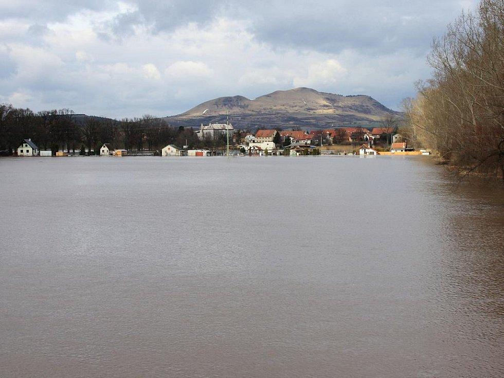 Sobota 15. ledna. Pohled na Dobroměřice z inundačního mostu