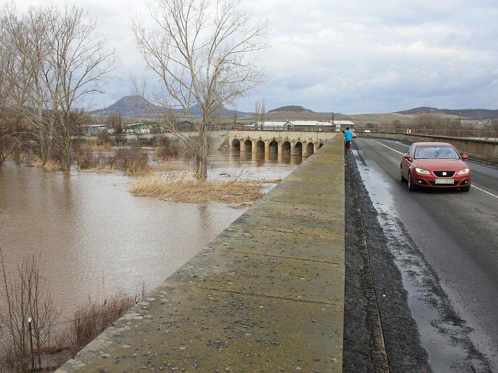 Sobota 15. ledna. Inundační most z Loun do Dobroměřic spolehlivě plní svou funkci za zachovává možnost dostat se z jednoho místa do druhého