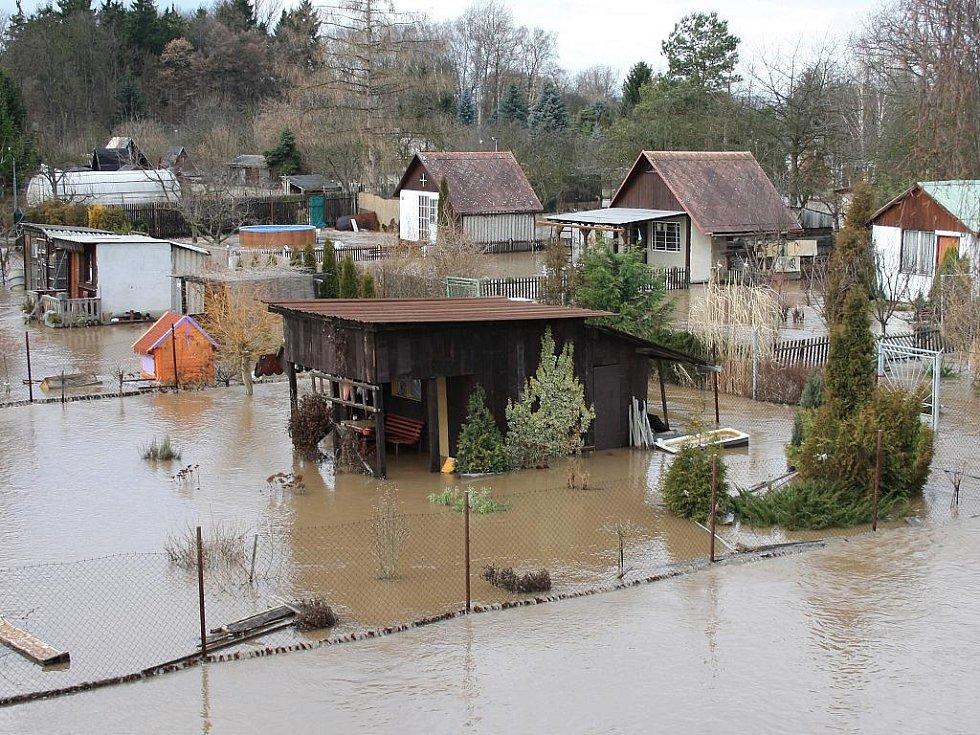 Sobota 15. ledna. Pohled na zaplavenou zahrádkářskou kolonii na okraji Loun, pod inundačním mostem do Dobroměřic