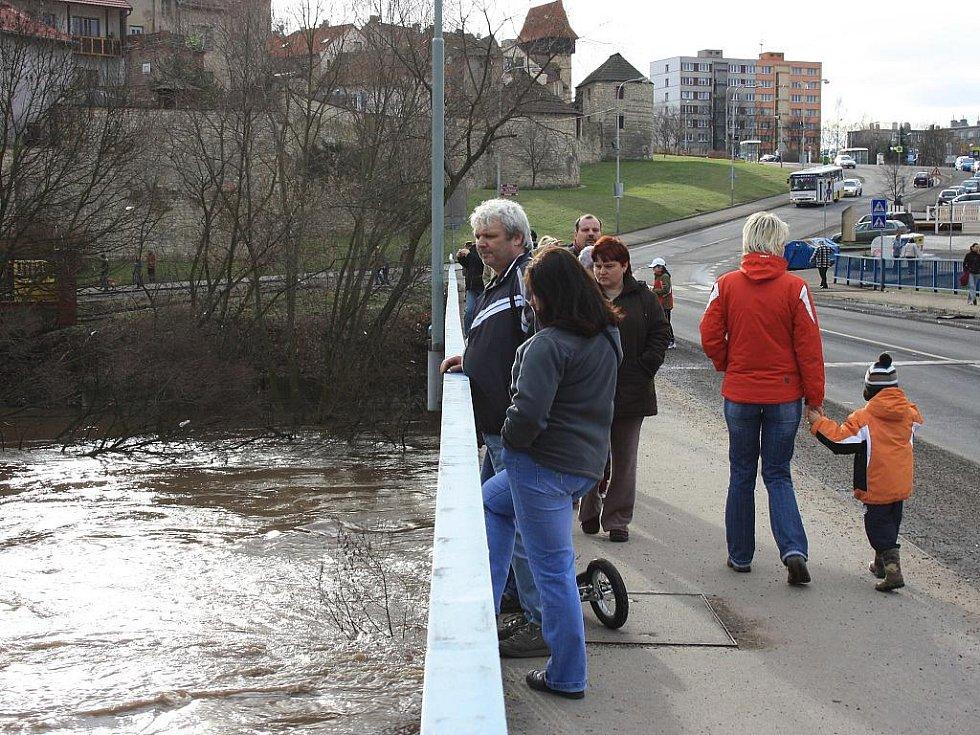 Sobota 15. ledna. Stovky lidí se chodí dívat na velkou vodu v Lounech